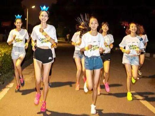 约女神加入荧光跑运动 一起夜跑吧