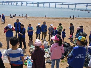 清理海岸线垃圾