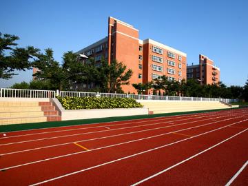 西安欧亚学院学生操场6月5日晚一起夜跑